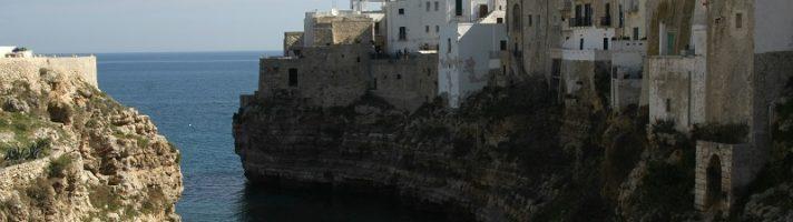 Cosa vedere a Polignano a Mare: curiosità sul bianco borgo che domina l'Adriatico